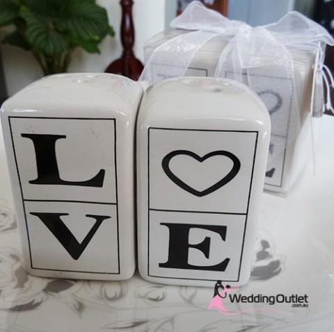 love-salt-pepper-wedding-favour